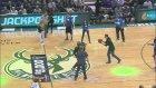 Bucks Taraftarından 5 Bin Dolarlık Basket! - Sporx