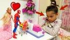 Örümcek Adam Ve Çakma Barbie Kasiyer İle Kavga Ediyor ( Komik Parodi )