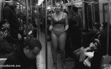 Çıplak Büyük Beden Modelinden Metro Manifestosu