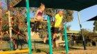 Kızının Jimnastik Hareketlerini Taklit Etmeye Çalışan Eğlenceli Baba