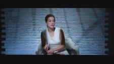 Temel İçgüdü'deki Efsane Bacak Bacak Üstüne Atma Sahnesini Barbara Palvin'den İzliyoruz