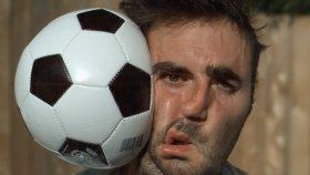 Ağırlaştırılmış Çekimde Futbol Topu Surata Gelirse