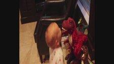 Oyuncak Dinozor İle Konuşmaya Çalışan Bebek