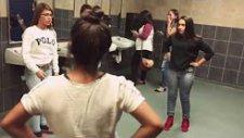 Kızlar Tuvaletinde Acımasız Kavga