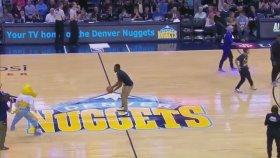 Basket Sahasının Ortasından Sırt Dönük Basket Atmak