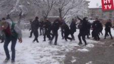 Polisler vs. Vatandas Kartopu Savaşı