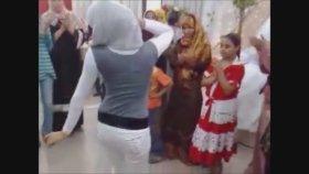 Düğünde Döktüren Türbanlı Arap Kız