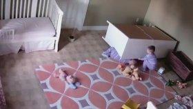 2 Yaşındaki Bebek İkiz Kardeşini Üstüne Düşen Dolaptan Kurtardı