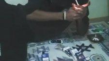 Arkadaşına Sanatsal Bir Şekilde Sigara Uzatan Genç