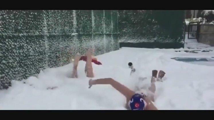 Galatasaraylı sporcular karda yüzmeye kalkarsa!