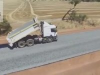 Yol İnşaatında Sanat Yapan İşçiler - Avustralya