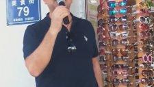 Çin'de Mikrofonu Eline Alıp Satış Yapan Türk (Küfür İçerir)