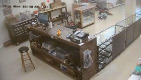 Silah Dükkanını Soymaya Çalışan İki Kişiyi Pert Eden Dükkan Sahibi