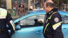 Çaldıkları Otomobilde Uyuyan Hırsızlara Kelepçeli Günaydın Yapan Polis