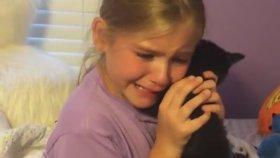 Yavru Kedi Hediye Edilen Küçük Kızın Mutluluğu