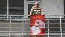 Fenomen Bayrak Asan Dayı Evet Bayrağı Astı