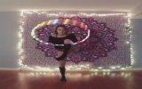 Işıklı Hula Hop ile Pavyon Tabelasına Dönüşen Kız