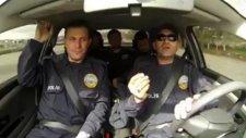 Araçla Hareket Gösterirken İçinde Şiirsel Anlatıma Geçen Polis