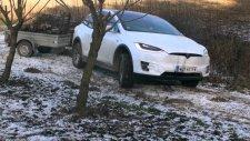 Çiftliğinde Traktör Olarak Tesla Model X'i Kullanan Avusturyalı Çiftçi