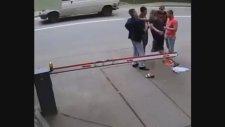 Rusya'da 1 Saniyede İki Kişiyi Hastanelik Eden Adam!