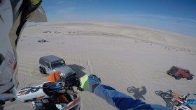 Motosikletiyle Çölün Ortasında Cipe Çarpan Adam