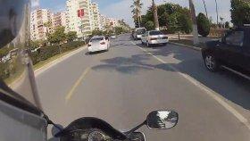 Yolda Gördükleri Motorcudan Numarasını İsteyen BMW'li Kızlar