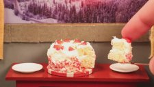 Mini Malzemelerle Çilekli Pasta Yapımı
