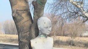 Ağaca Asılan Esrarengiz Manken Görenleri Şoke Etti