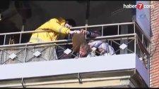Balkon Demirlerine Sıkışan Bebek Böyle Kurtarıldı