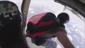 Uçaktan Atlarken Düşürdüğü Ayakkabısını Havada Yakalayan Adam