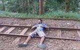 Tren Yolun da İntihar Etmeye Çalışan Adam