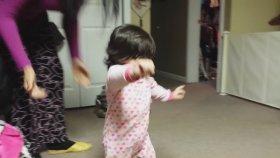 Ahenkle Dans Eden Saçları ile Yürümeyi Öğrenen Minik