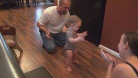 Aşırı Heyecanlı Ailenin Bebeklerine Yürümeyi Öğretmesi