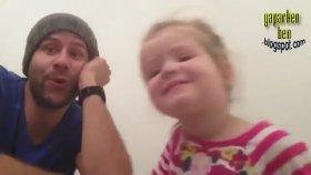 Babası ile Düet Yapan Küçük Kız