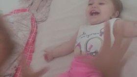 Babasına Gülmekten Krize Giren Bebek