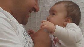 Babasıyla Ağır Muhabbete Giren Kız Bebiş