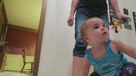 Bebekleri Yürüdü Diye Aşırı Mutlu Olan Aile