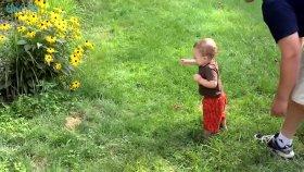 Çimenlerde Yalınayak Yürümeyi Öğrenmek