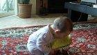 Fiyat Etiketini Alnına Yapıştırılan Şaşkın Bebek