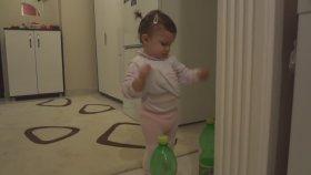 Gazoz Şişesiyle Muhabbet Eden Minik Kız