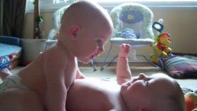 İkiz Kardeşlerin Sevimli Tartışması