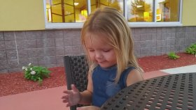 İlk Defa Ekşi Şeker Yiyen Küçük Kız