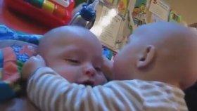 Kardeşinin Yüz Hatlarını İnceleyen Bebek