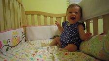 Nedensizce Kahkaha Atarak Gülen Bebek