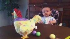 Oyuncak Tavuğun Yumurtlamasına Şok Olan Bebek