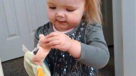 Şarkı Söyleyen Al Yanaklı Küçük Kız