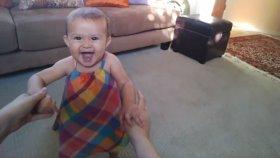 Sevimli Bebeğin Başarılı Yürüme Denemeleri