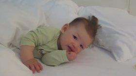 Sevimli Bebeğin Uyanmaya Çalışması