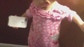 Telefonun Ne Amaçla Kullanıldığını Öğrenmeye Çalışan Bebek