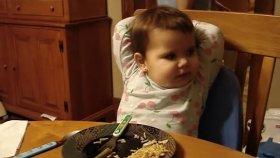 Ailesiyle Akşam Yemeği Muhabbeti Yapan Bebek